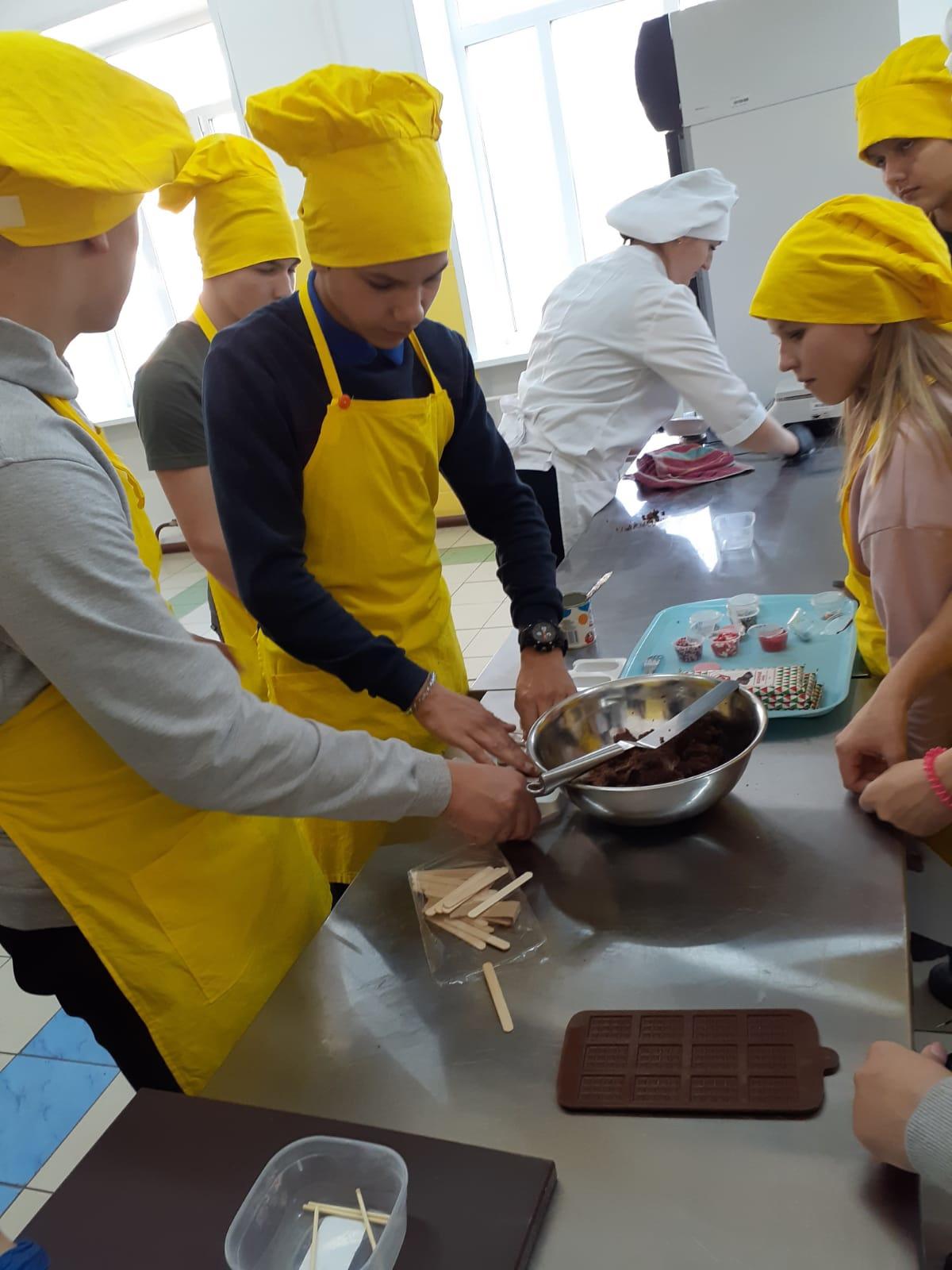 Сегодня бейские школьники попробовали себя в роли кондитера, повара и автослесаря