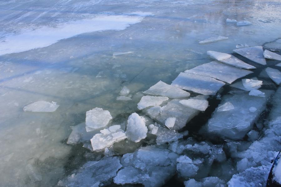 Какие есть правила поведения на реках и озёрах зимой и как помочь себе или товарищу