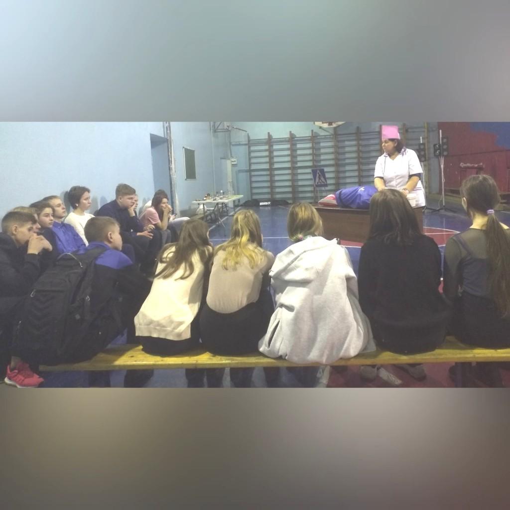 Педагоги Регионального центра «Лаборатория безопасности» провели мастер класс «Оказание первой помощи» и «Дорожные ловушки» для обучающихся 9 класса в школе №4 г . Черногорск