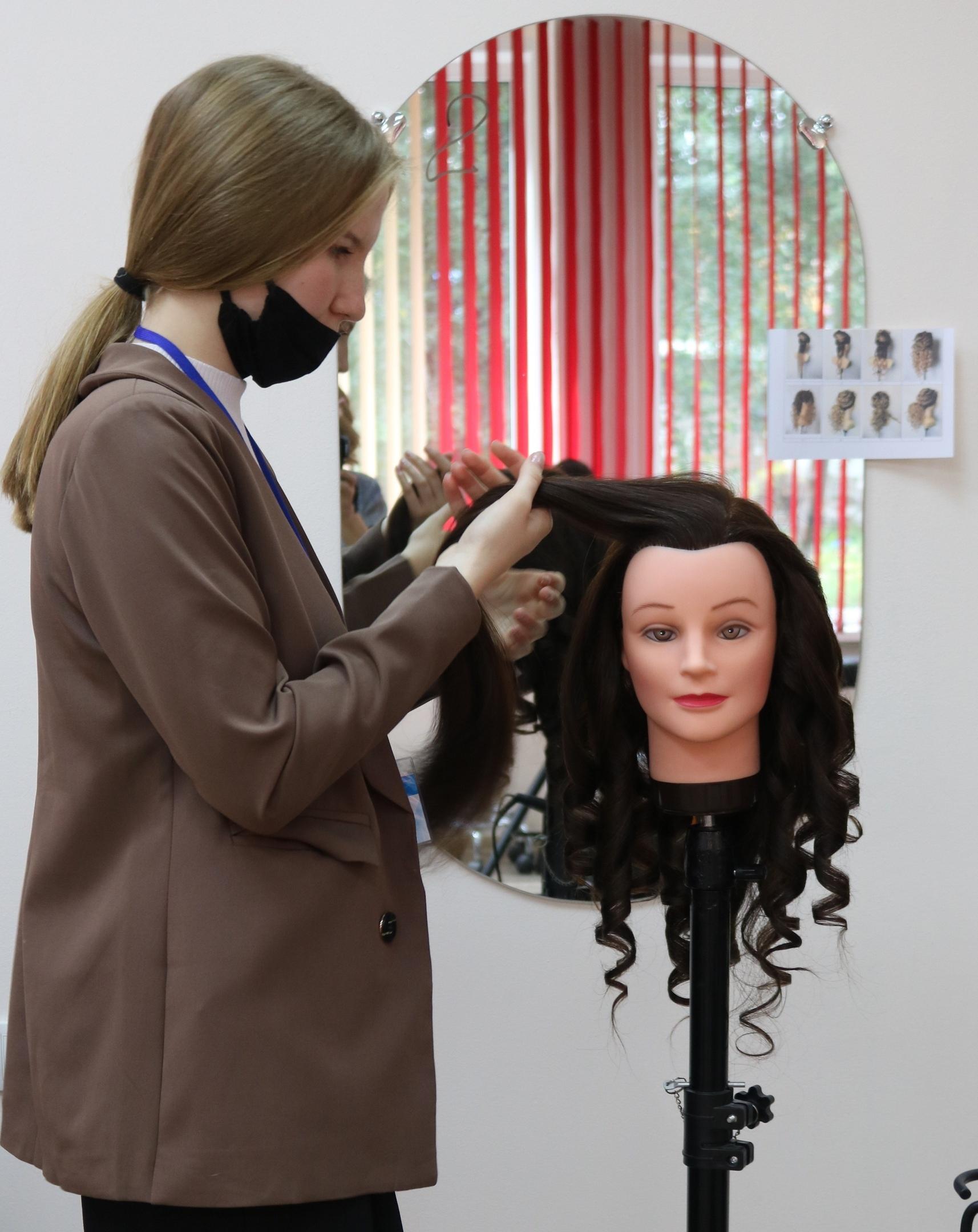 В Хакасском колледже профессиональных технологий, экономики и сервиса в рамках проекта «Билет в будущее» прошли профессиональные пробы для будущих парикмахеров